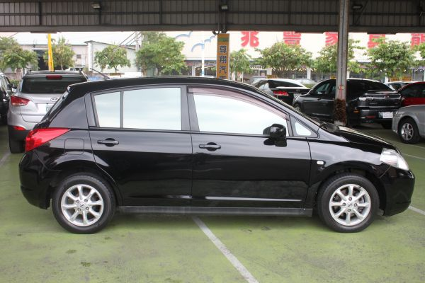 Nissan Tiida 1.8 黑 照片7